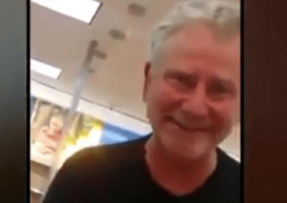 Hombre increpa a trabajadora latina en Walmart de Dallas - Captura de pantalla