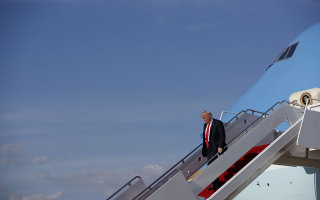 Trump amenaza con abandonar el TLCAN si no se renegocia - El presidente Donald Trump desciende del avión presidencial Air Force One a su llegada a la Base de la Fuerza Aérea Andrews, en Maryland, el viernes 28 de abril de 2017. (AP Foto/Evan Vucci)