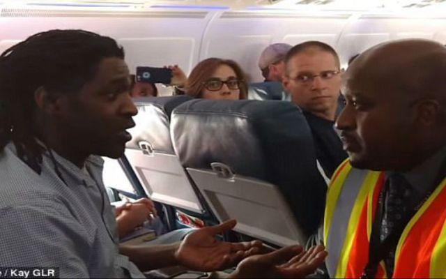 Bajan a pasajero de Delta Airlines por usar el baño - Foto de Daily Mail