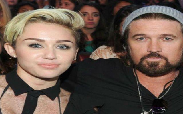 #Video Padre de Miley Cyrus canta con Caballo Dorado - Foto de New York Daily News
