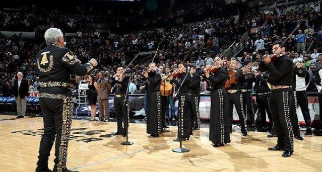 #Video Mariachis interpretan himno de EE.UU. en juego de la NBA