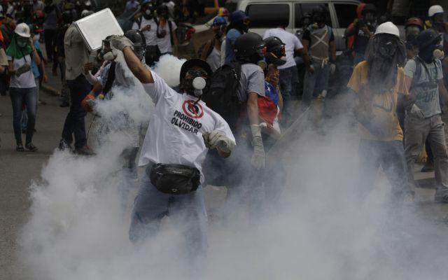 ¿Cuál es la ciudad más violenta del mundo? - Un manifestante arroja un contenedor de gas lacrimógeno a las fuerzas de seguridad en Caracas, Venezuela, el miércoles 24 de mayo de 2017. Foto de AP.