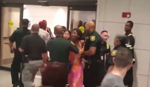 #Video Pelea en aeropuerto de Florida por vuelos cancelados