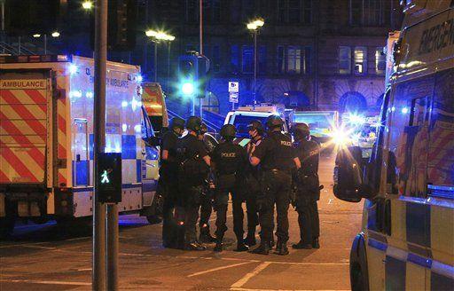 """Médico que atiende a víctimas de ataque en Manchester recibe insultos racistas - Policías armados se concentraban en la Manchester Arena después de reportes sobre una explosión en el recinto durante un concierto de Ariana Grande, el lunes 22 de mayo de 2017, en Manchester, Inglaterra. La policía informó más tarde que había """"varios muertos"""". Foto de AP"""