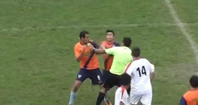#Video Árbitro y futbolistas pelean a golpes en Copa Santa Fe