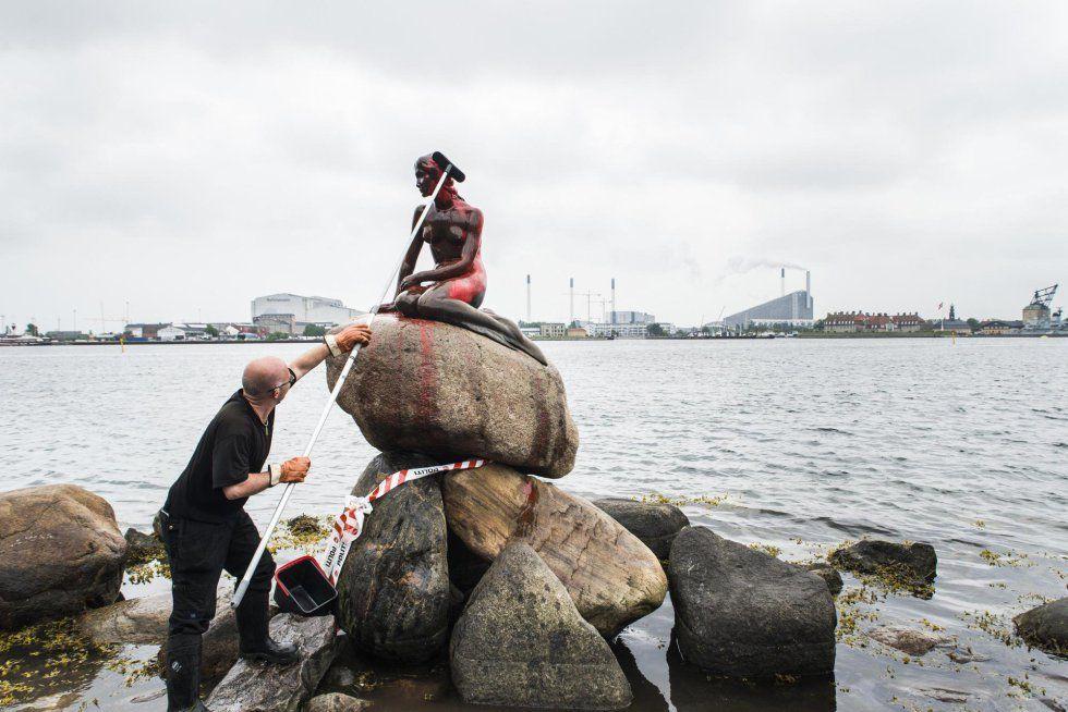 Sirenita de Copenhague amanece pintada de rojo como protesta
