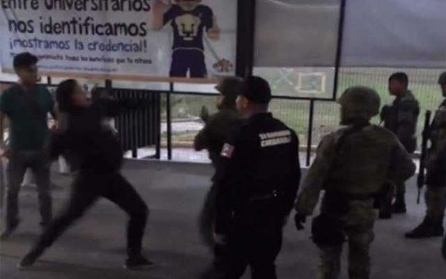 #Video Estudiantes de la FES Acatlán golpean a militares - Foto de Internet