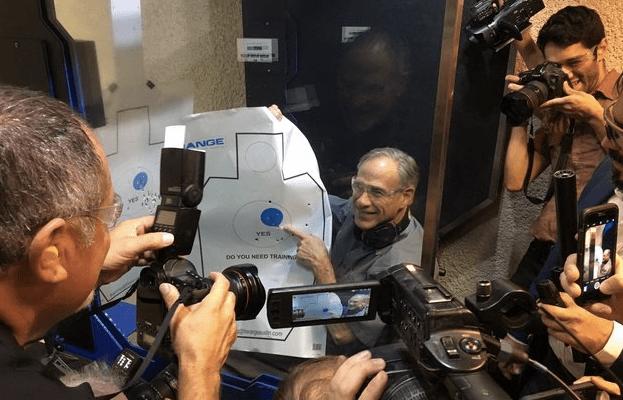 Gobernador de Texas bromea con dispararle a reporteros
