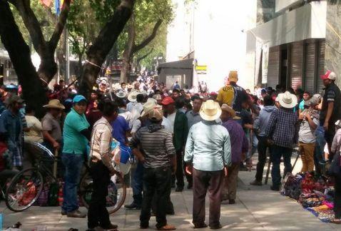 Manifestantes cierran Reforma frente a la SEDATU