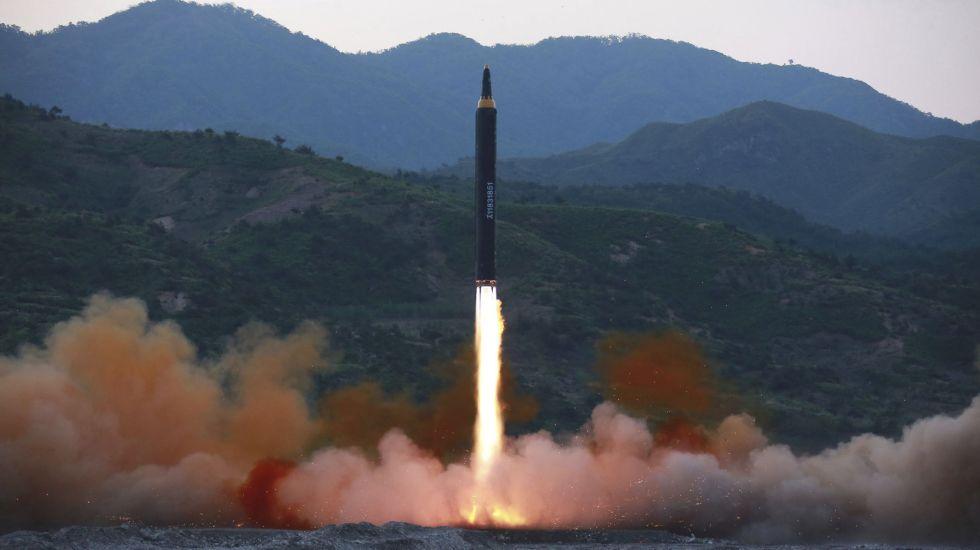 Corea del Norte lanza nuevo misil en zona económica de Japón - Foto de AP