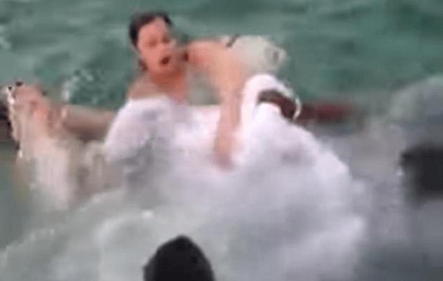 #Video Rescatan a novia a punto de ahogarse tras saltar al agua con su vestido - Foto de Internet