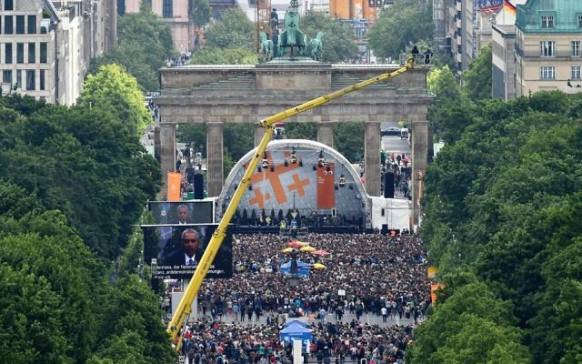 Reciben miles de personas a Obama en Berlín - Foto de AFP