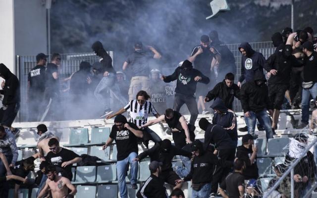 #Video Aficionados radicales se enfrentan en la final de la Copa de Grecia