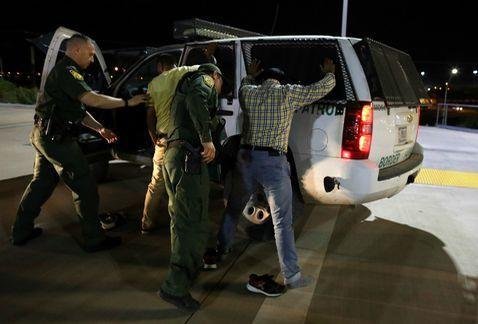 Detienen a 188 migrantes tras operativo en Los Ángeles