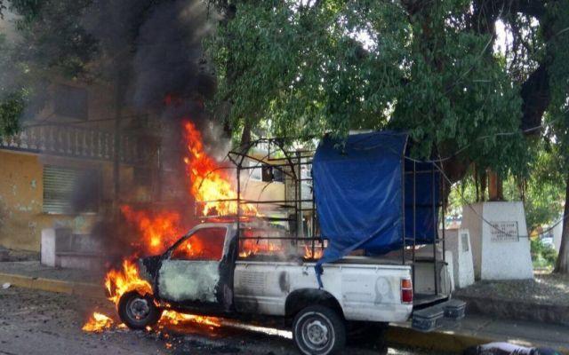 Asesinan a dos e incendian camioneta en Acapulco - Foto de Quadratín
