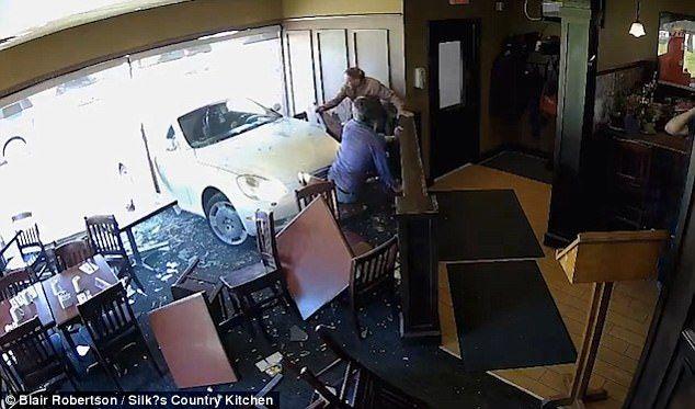 #Video Coche atraviesa la ventana de un restaurante en Canadá - Foto de Blair Robertson/Silks Country Restaurant