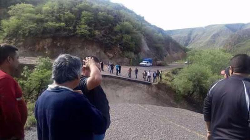 Colapsa carretera en Oaxaca - Foto de Quadratrín