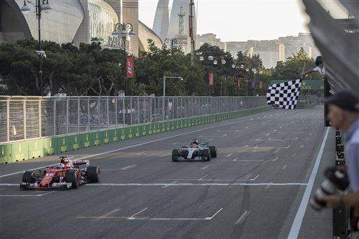 Fórmula 1 apoyará a escudería UNAM Motorsports - El Ferrari del alemán Sebastian Vettel, izquierda, cruza la meta frente al Mercedes del británico Lewis Hamilton en el Gran Premio de Azerbaiyán en la Fórmula Uno, el domingo 25 de junio de 2017 en Bakú, Azerbaiyán. Foto de AP