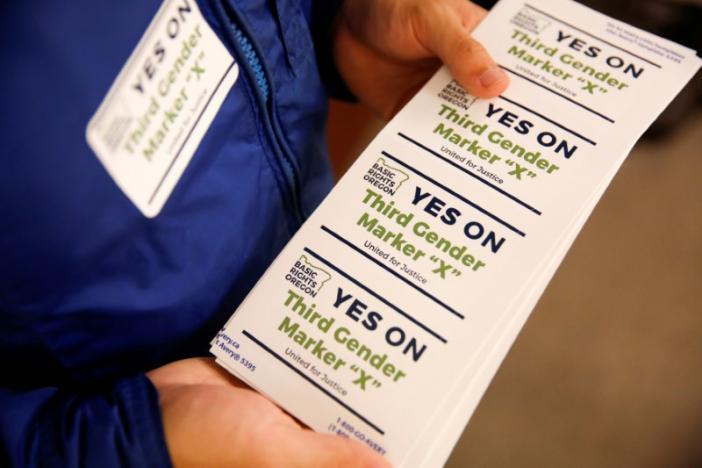 Oregon añade tercera opción de género en licencias de conducir