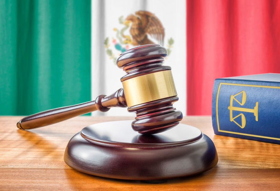 Piden investigación del Nuevo Sistema de Justicia Penal Acusatorio - A gavel and a law book - Mexico