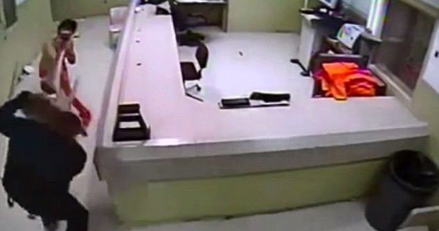 #Video Joven que asesinó a cinco personas intenta escapar de la cárcel