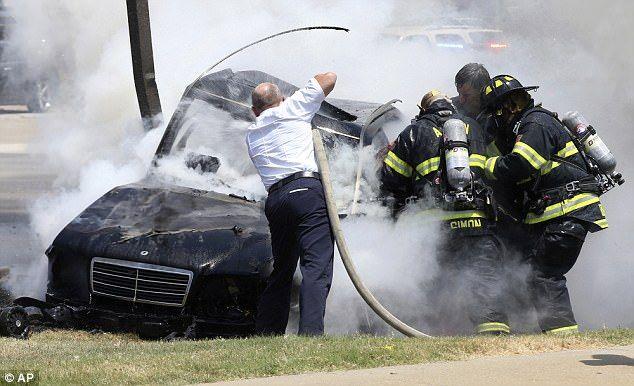 Rescatan a hombre y a niño atrapados dentro de vehículo en llamas - Foto de AP
