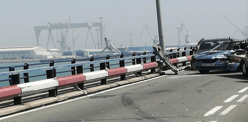 #Video Grúa que transportaba coche cae al mar