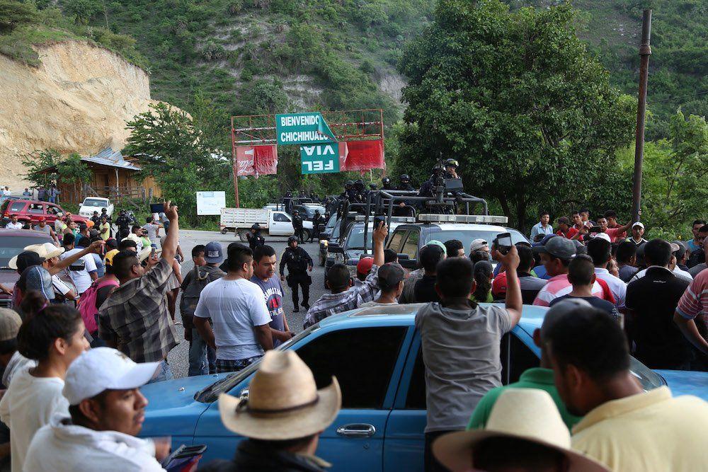 Retienen a 100 agentes de la PF durante bloqueo en Guerrero - Foto de @elsurdeguerrero
