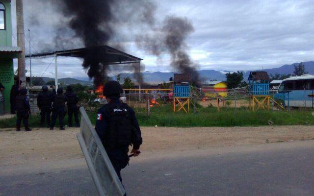 Enfrentamiento en Oaxaca deja un herido y varios vehículos quemados