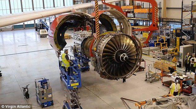 #Video Así colocan un motor de cinco toneladas en un avión