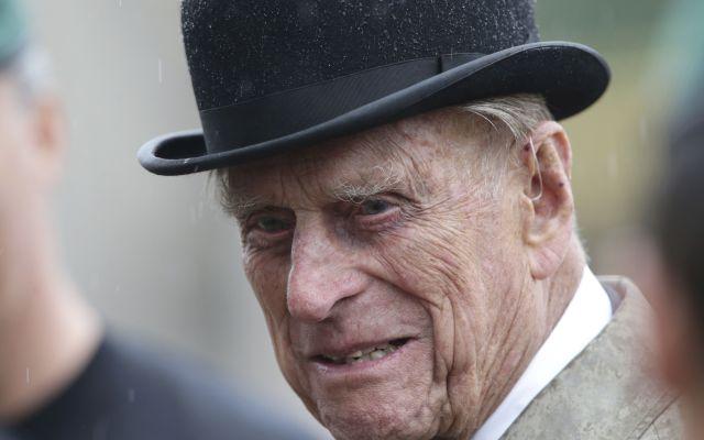 El duque de Edimburgo realiza su última aparición en solitario - El príncipe Felipe de Gran Bretaña, en su papel de capitán general de las fuerzas de la Marina Real, habla a tropas bajo la lluvia durante un desfile en el patio delantero del palacio de Buckingham, en Londres, el miércoles 2 de agosto del 2017. Fue el último compromiso público del esposo de la reina Isabel II, de 96 años. (Yui Mok /Pool vía AP)