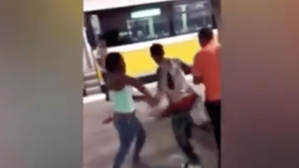 #Video Jóvenes atacan a hombre por pedirles que no fumaran mariguana - Captura de pantalla