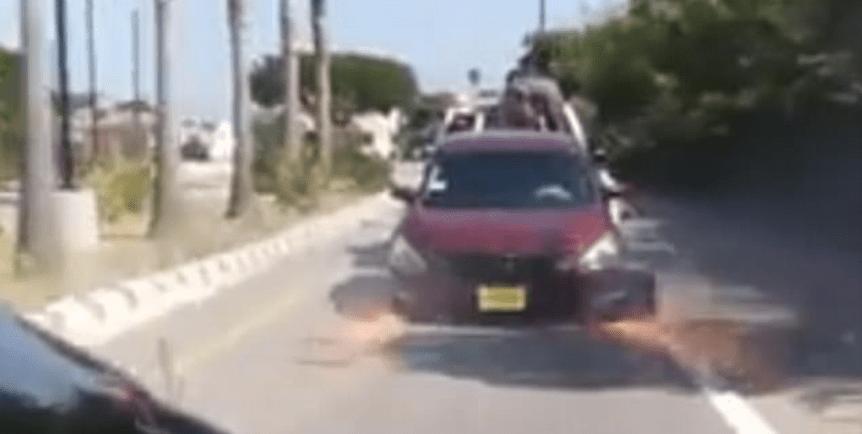 #Video Hombre trata de liberar su vehículo de grúa en movimiento