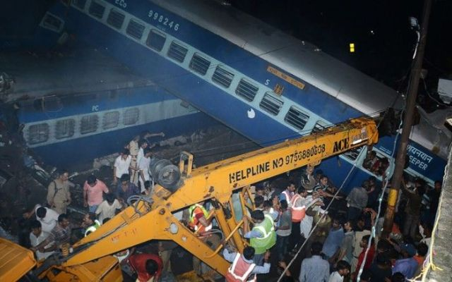 Descarrilamiento de tren deja al menos 23 muertos en la India