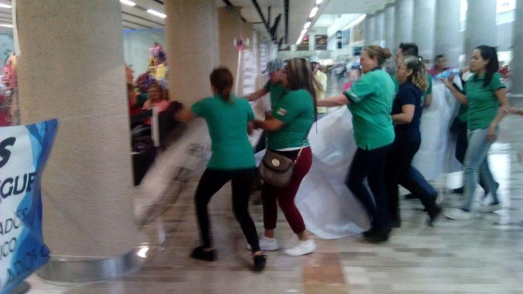 Ex empleados de Mexicana se enfrentan a barzonistas en el AICM - Foto de Twitter