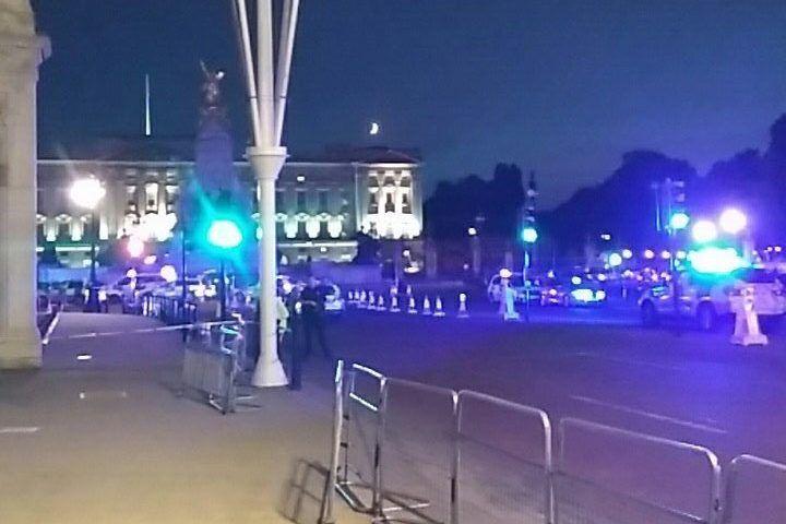 Hombre agrede con espada a policías en Londres
