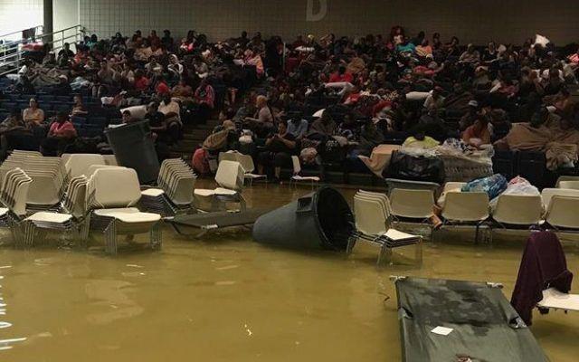 Albergue para damnificados se inunda en Texas