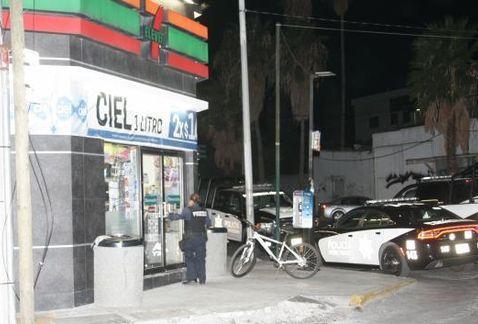 Asaltan 7 Eleven en el centro de Monterrey - Foto de Marcial Pasarón