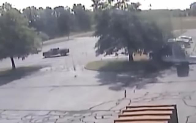 #Video Avión pequeño se estrella contra árbol y piloto sobrevive