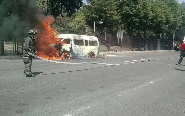 Se incendia combi sobre Periférico Norte - Foto de @ConductorDeUber