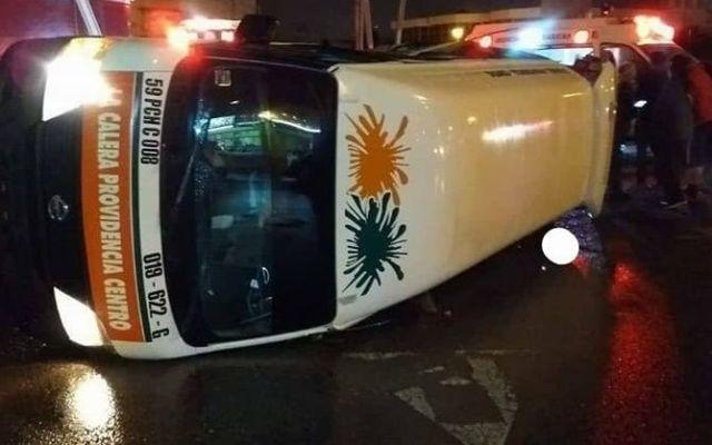 Vuelca camioneta de pasajeros en Pachuca - Foto de Pachuca Vive