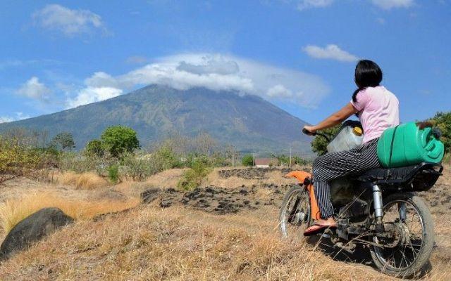 Más de 75 mil personas evacuan Bali por temor a volcán - Foto de CNN