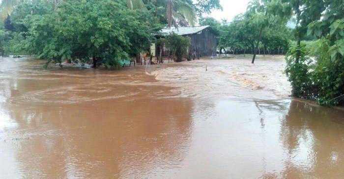 Desalojan a familias por aumento de nivel de arroyo en Michoacán - Foto de internet