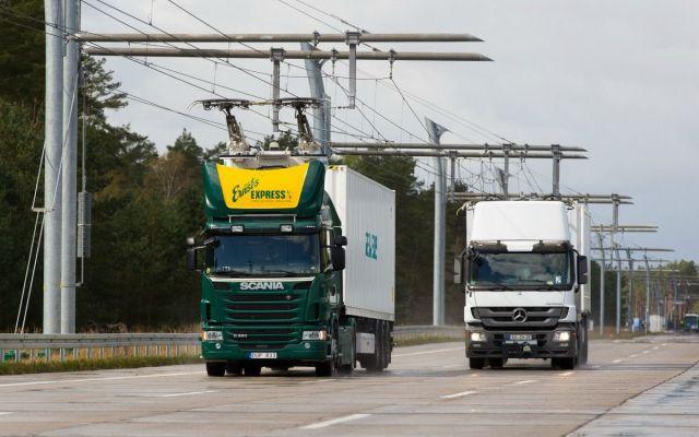 Instalan autopista eléctrica en Alemania - Der eHighway ist eine zuverlässige und umweltschonende Alternative zum herkömmlichen Lkw-Transport. Er versorgt Lkw über eine Oberleitung mit Strom. Das sorgt nicht nur für eine Halbierung des Energieverbrauchs sondern auch für eine Verringerung der lokalen Luftverschmutzung. Im Vergleich zu Verbrennungsmotoren ist die Technologie damit doppelt so effizient.  eHighway is a reliable and environmentally friendly alternative to standard truck transport that supplies trucks with power from an overhead contact line. This means that not only is energy consumption cut by half, but local air pollution is reduced too, making the technology twice as efficient as internal combustion engines.