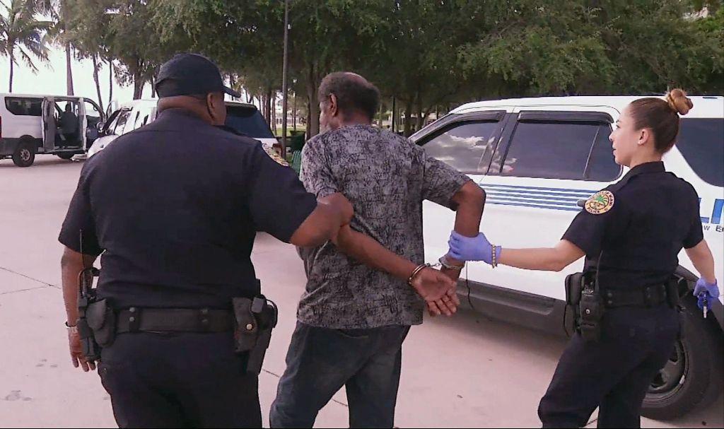 Miami detiene a indigentes por llegada de Irma - Foto de AP