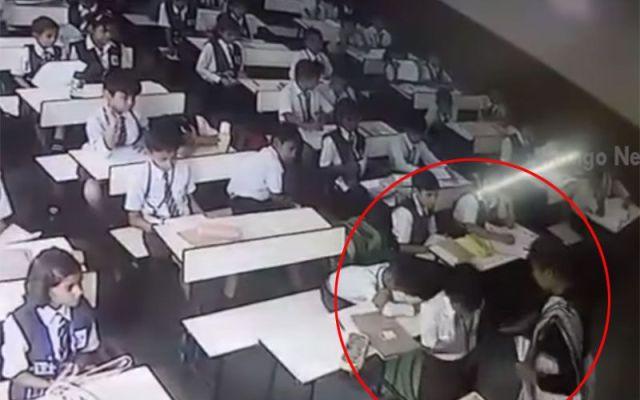 #Video Maestra abofetea más de 30 veces a alumno en la India - Captura de pantalla