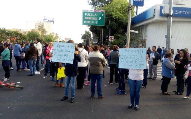 Padres inconformes bloquean Tlalpan - Foto de @comciuganaya