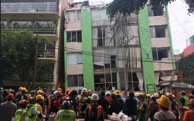 Recuperan cuerpo de mujer atrapada en edificio de la Narvarte