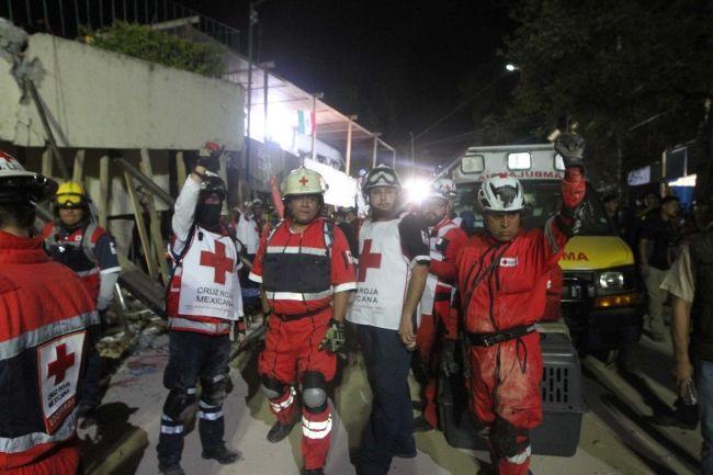 Destaca jefe de Topos participación de voluntarios en escuela Enrique Rébsamen - Foto de Notimex