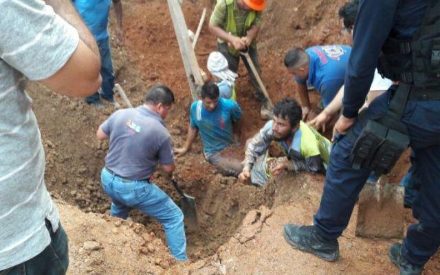 Rescatan a cuatro trabajadores enterrados en Michoacán - Foto de Quadratín